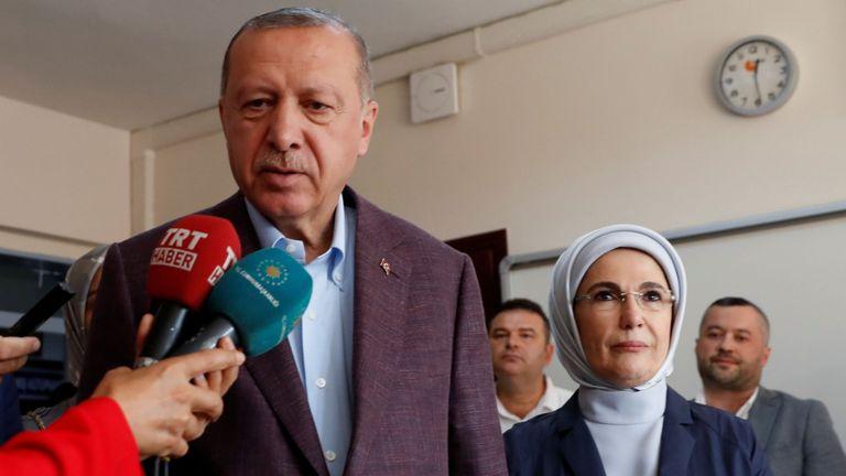 Le président Erdogan s'entretient avec des journalistes dans un bureau de vote