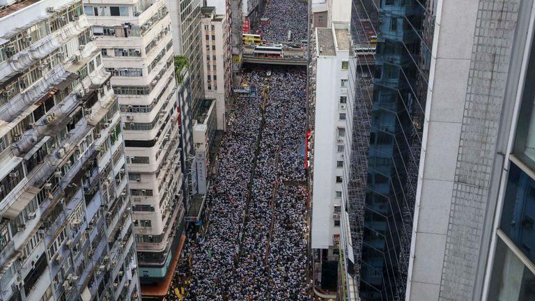Des manifestants défilent lors d'une manifestation contre une proposition controversée de loi sur l'extradition à Hong Kong
