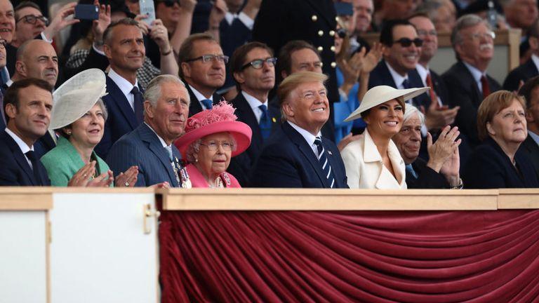 La reine et le prince Charles regardent le défilé aérien avec Donald Trump et la première dame