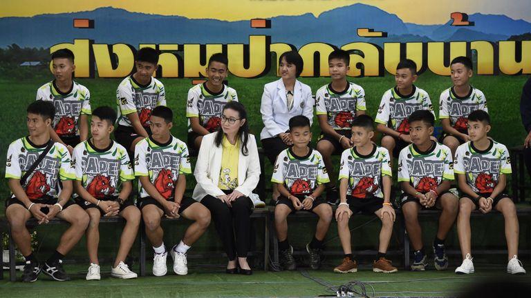 Sauvé des garçons thaïlandais lors d'une conférence de presse