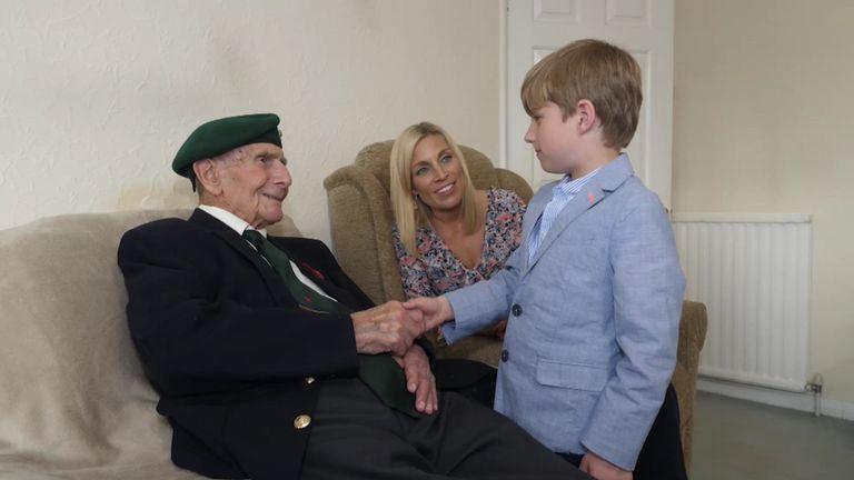 Sarah Hewson avec son arrière-grand-père, le vétéran de la Normandie Clive Pitt, et son fils Jack