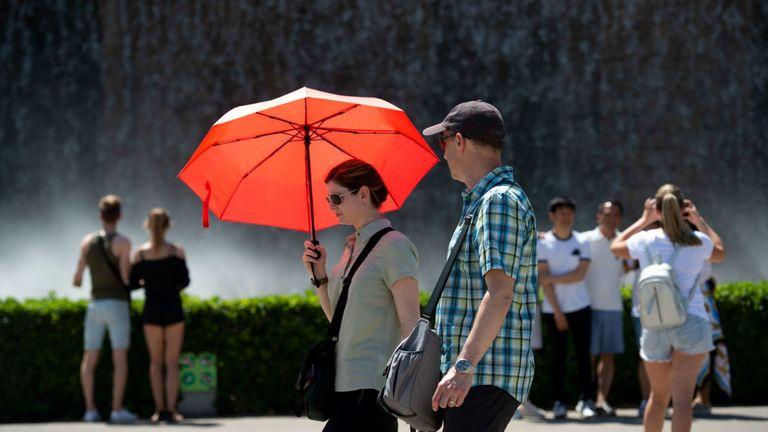 Les touristes se rafraîchissent à la fontaine du Mountjuic à Barcelone