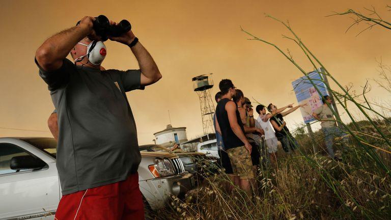 Les habitants se rassemblent pour observer un incendie de forêt qui fait rage près de Maials dans la région nord-est de la Catalogne le 27 juin 2019. - Un incendie de forêt espagnol a fait rage de s'embraser sous une vague de chaleur européenne dévastant des centaines de pompiers dans la nuit, ont déclaré les autorités locales . (Photo de Pau Barrena / AFP) (Le crédit photo devrait correspondre à PAU BARRENA / AFP / Getty Images)