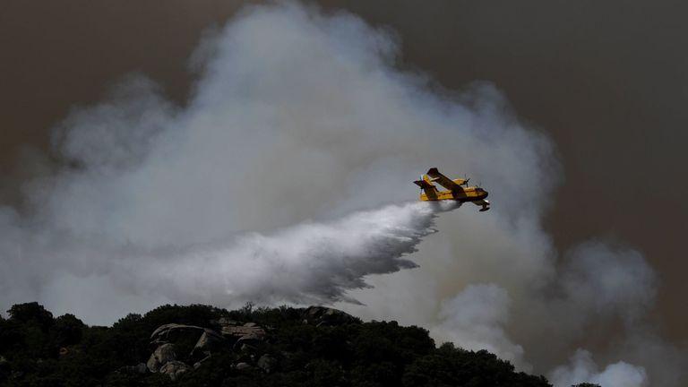 L'eau tombe sur un feu de forêt dans le centre de l'Espagne