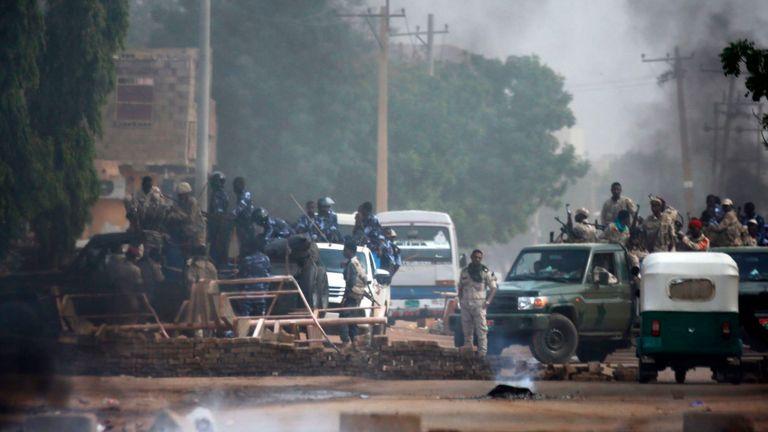 Le Royaume-Uni a appelé le conseil militaire à reprendre les pourparlers pacifiques avec des représentants civils