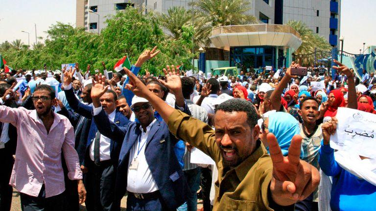 Les manifestants en faveur de la démocratie demandent que le pouvoir soit confié à un gouvernement dirigé par des civils