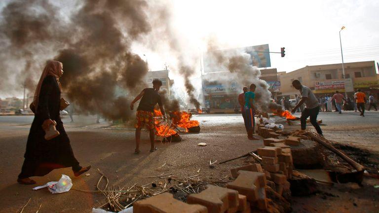 Des manifestants soudanais bloquent une rue de Khartoum au début de la semaine