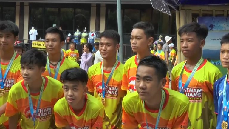 Les footballeurs de cavernes thaïlandais courent dans le marathon
