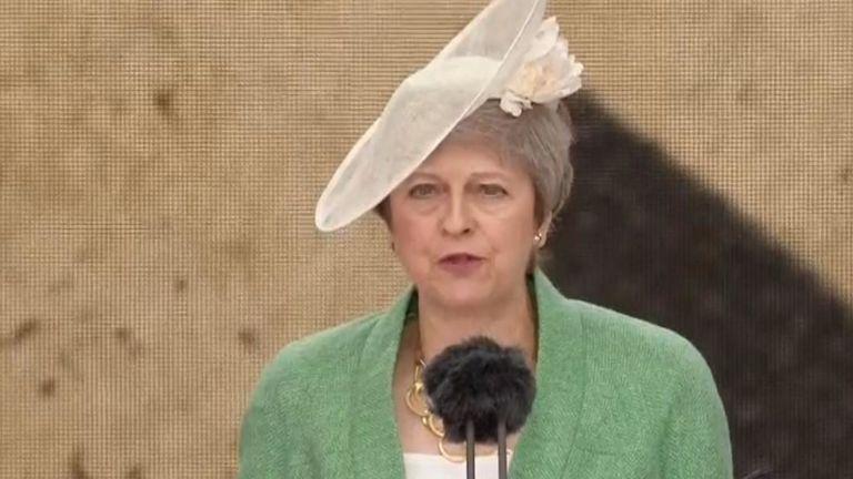 Theresa May lit sur la scène lors des commémorations du jour J à Portsmouth