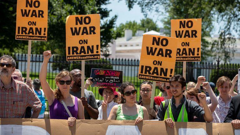 Les manifestants se sont rassemblés devant la Maison Blanche alors que la tension monte entre les Etats-Unis et l'Iran