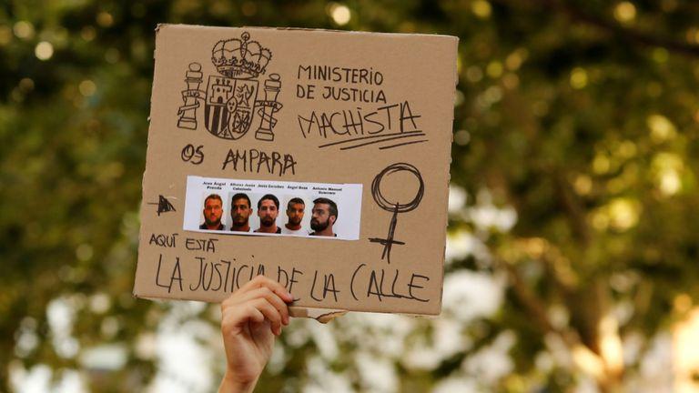 Les manifestants assistent à une manifestation contre la libération sous caution de cinq hommes connue sous le nom de