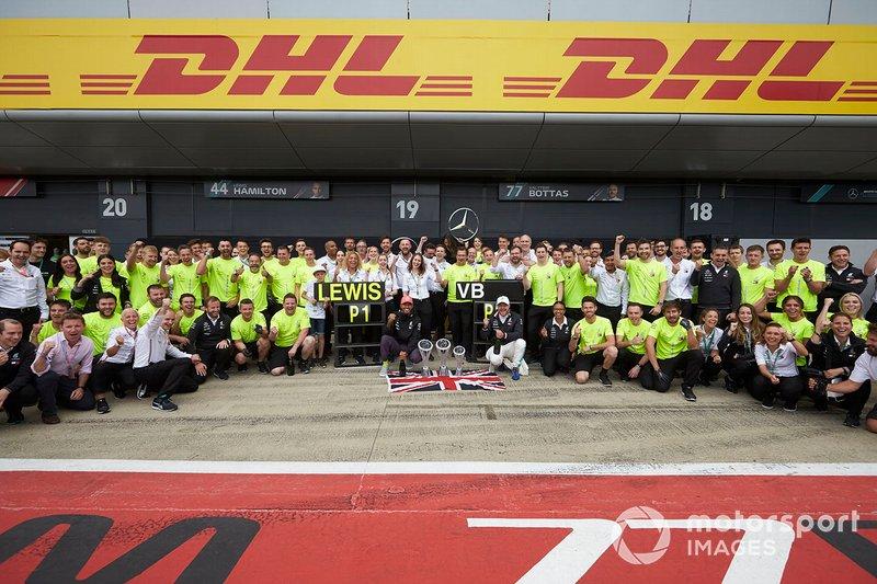 Léquipe Mercedes célèbre la victoire du GP britannique