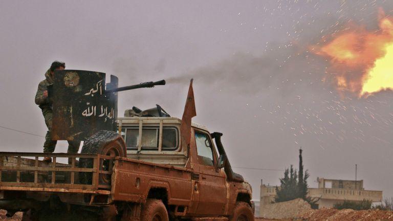 TOPSHOT - Le 13 décembre 2016, des combattants de l'opposition syrienne tirent en direction de positions détenues par des djihadistes du groupe État islamique (IS) à al-Bab, dans la banlieue nord-est de la ville d'Alep, au nord du centre-ville assiégé. (Photo à lire: SALEH) ABO GHALOUN / AFP / Getty Images)