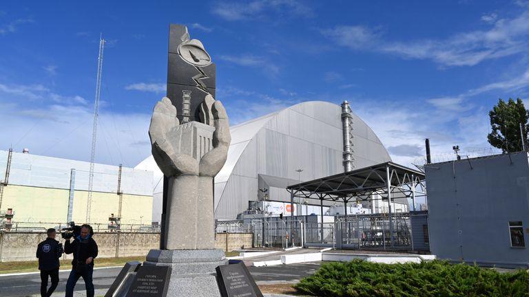 Une image montre un monument situé près du nouveau dôme en métal NSC (New Safe Confinement) conçu et construit par le consortium français Novarka, recouvrant le réacteur détruit de l'usine de Tchernobyl le 10 juillet 2019, à Tchernobyl. - L'Ukraine et ses partenaires européens ont officiellement inauguré le 10 juillet un nouveau dôme en métal recouvrant le réacteur détruit de la tristement célèbre usine de Tchernobyl, mettant ainsi fin à un effort de deux décennies. Surnommé la plus grande structure métallique mobile au monde, le New Safe Confinement scelle les restes du quatrième réacteur de la centrale nucléaire qui a été le théâtre de la catastrophe de Tchernobyl en 1986. (Photo de SERGEI SUPINSKY / AFP) (Crédit photo devrait lire SERGEI SUPINSKY / AFP / Getty Images)