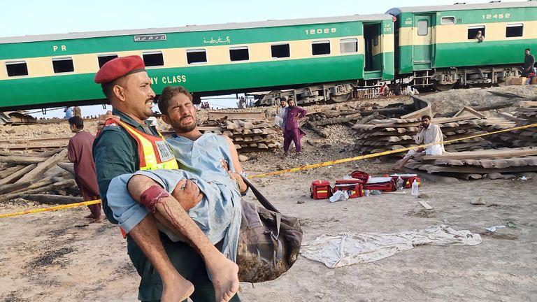 Un sauveteur pakistanais transporte un passager blessé sur le lieu de l'accident de train dans le district de Rahim Yar Khan, dans la province du Punjab, le 11 juillet 2019. - Au moins neuf personnes ont été tuées et plus de 60 blessées lorsque deux trains sont entrés en collision dans le centre du Pakistan début 11 juillet les fonctionnaires ont dit. L'incident s'est produit dans le district de Rahim Yar Khan, dans la province du Pendjab, lorsqu'un train de voyageurs en provenance de Lahore, dans l'est du pays, a percuté un train de marchandises qui s'était arrêté à un passage à niveau, a déclaré un haut responsable du gouvernement. (Photo de STR / AFP) (Le crédit photo doit correspondre à STR / AFP / Getty Images)