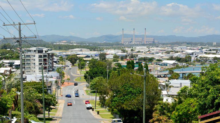Gladstone, Queensland, Australie - 3 janvier 2018. Découvre une rue escarpée dans un quartier vallonné de Gladstone, en direction de la centrale électrique, avec des bâtiments, des poteaux électriques et des voitures.