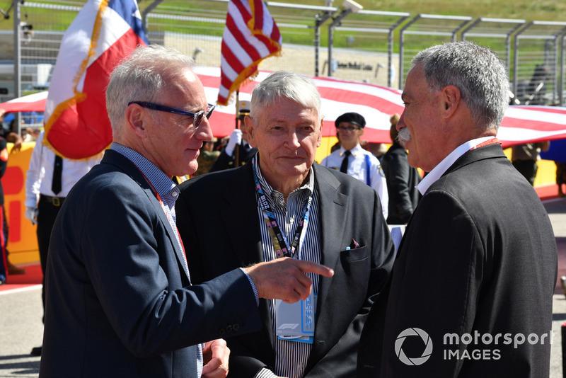 Chase Carey, chef de la direction et président exécutif du groupe Formula One, avec Greg Maffei, président et PDG de Liberty Media et John Malone, président du conseil de Liberty Media