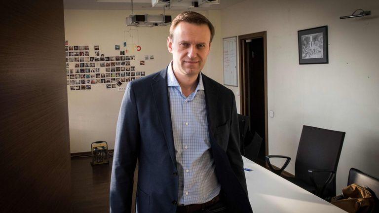 Le chef de l'opposition russe Alexei Navalny pose lors d'un entretien avec l'AFP au bureau de sa Fondation anti-corruption (FBK) à Moscou le 16 janvier 2018.