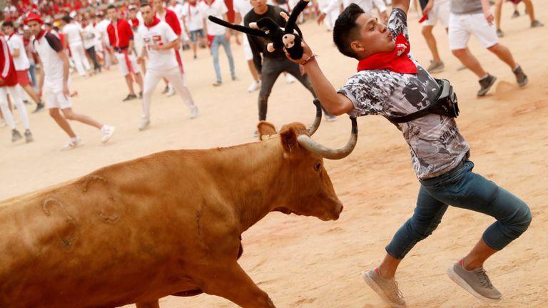 Un homme tente d'esquiver un taureau le dernier jour du festival 2019