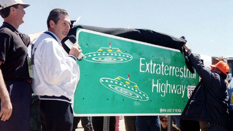 Le gouverneur du Nevada, Bob Miller, préside le dévoilement d'un nouveau panneau indiquant l'autoroute 375 du Nevada à Rachel, à environ 150 km au nord de Las Vegas. 1996