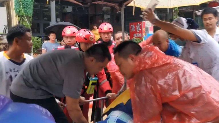 Les sauveteurs transfèrent un patient en Chine