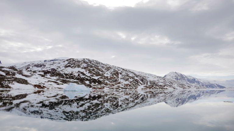 """La côte enneigée se reflète dans les eaux calmes d'un fjord près de Tasiilaq, au Groenland, le 16 juin 2018. REUTERS / Lucas Jackson RECHERCHE """"JACKSON TASIILAQ"""" POUR CETTE HISTOIRE. RECHERCHE """"IMAGE PLUS LARGE"""" POUR TOUTES LES HISTOIRES."""