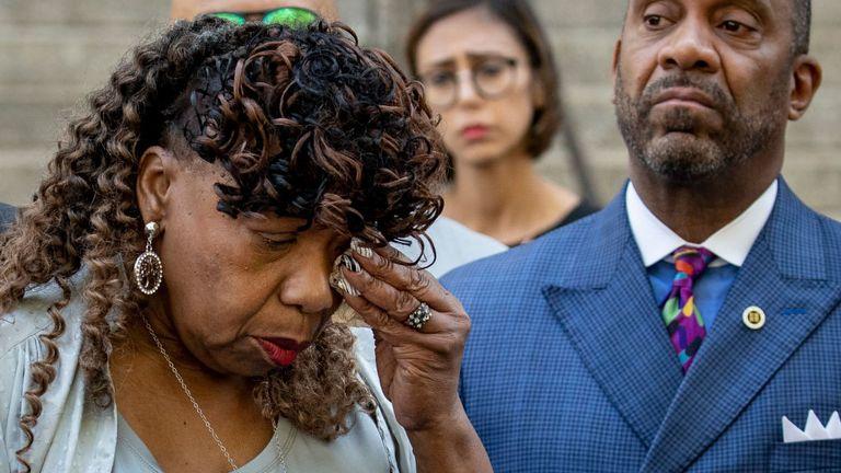La mère de M. Garner a essuyé ses larmes en s'adressant aux journalistes mardi