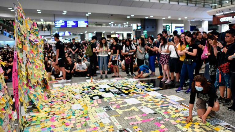 Les manifestants se sont massés à l'aéroport de Hong Kong vendredi