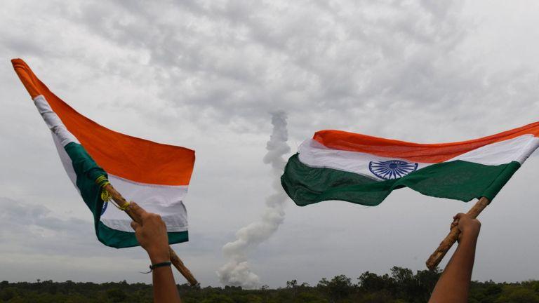 L'organisation indienne de recherche spatiale (ISRO) Chandrayaan-2 (Moon Chariot 2), à bord du lanceur de satellite géosynchrone (GSLV-mark III-M1), est lancée à Sriharikota dans l'état d'Andhra Pradesh le 22 juillet 2019