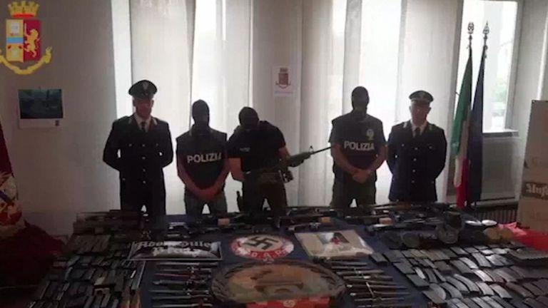 Officiers avec une arme à feu
