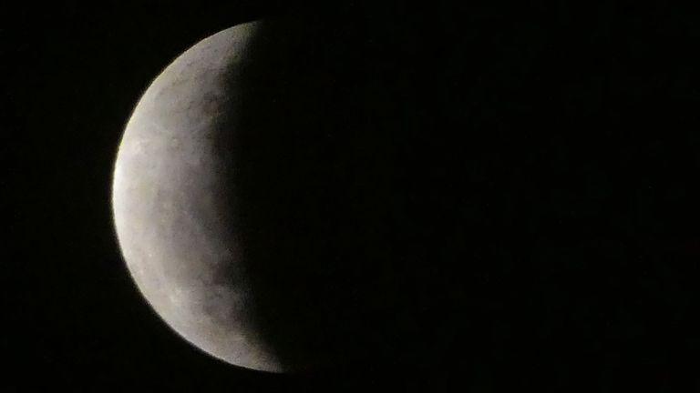 La lune est vue lors d'une éclipse lunaire dans le ciel Jakarta, le 17 juillet 2019