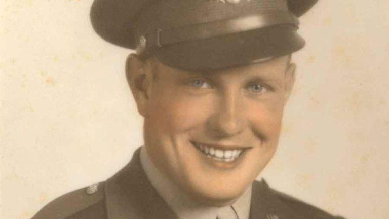 Photo de document familial non daté du pilote américain, le 2e Lt Milo E Rundall, âgé de 22 ans, de l'Iowa