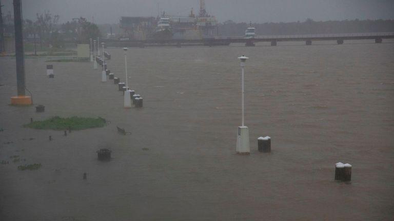 Les bancs et les passerelles sont inondés par les eaux le long de la rivière Berwick à Morgan City, en Louisiane, en prévision de la tempête tropicale Barry, samedi 13 juillet 2017.