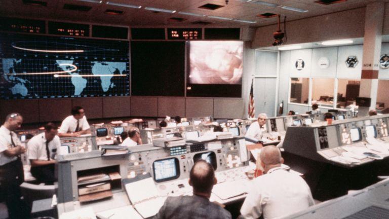 (Légende originale) 7/17/1969 - Centre spatial, Houston, Texas - Vue d'ensemble de l'activité dans la salle de contrôle des opérations de la mission située dans le bâtiment 30 du centre de contrôle de la mission, le deuxième jour de la mission d'atterrissage lunaire Apollo II. Une image de l'astronaute Neil A. Armstrong était transmise par la caméra de télévision couleur à bord de la navette spatiale Apollo II alors qu'elle se dirigeait vers la lune. Le vaisseau spatial était à environ 130 000 miles nautiques de la Terre lorsque cette photo a été prise.