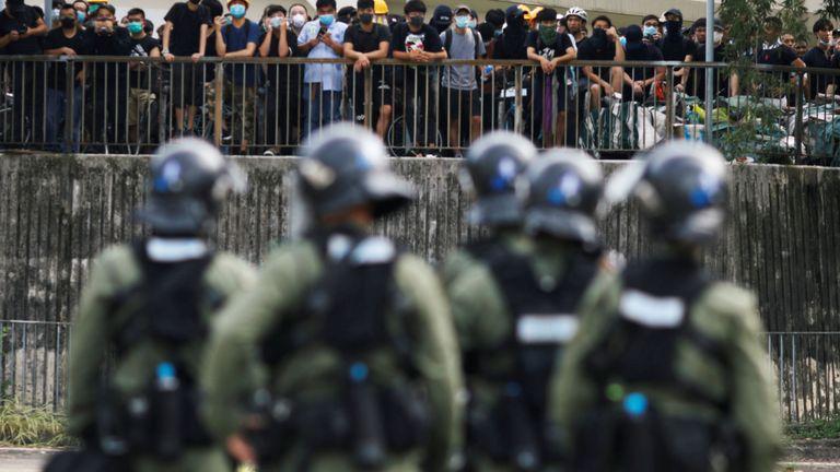 La police anti-émeute observe les manifestants se rassembler à Yuen Long