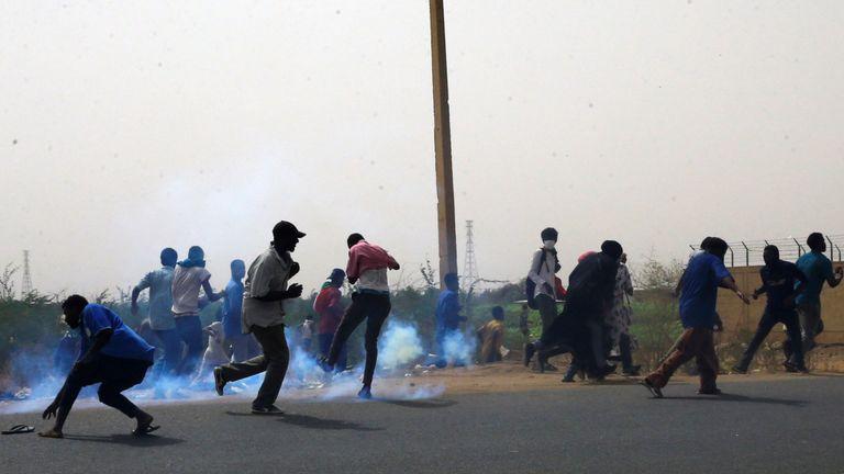 Les manifestants évitent les bombes lacrymogènes tirées pendant la manifestation