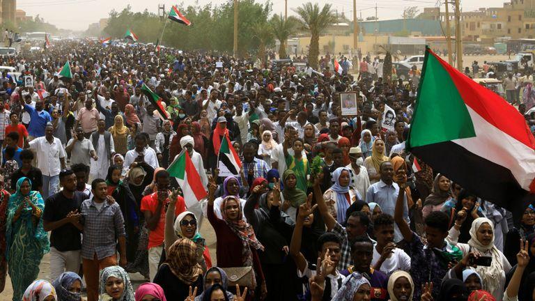 Des dizaines de milliers de personnes défilent dans les rues pour demander à l'armée au pouvoir de passer le relais aux civils