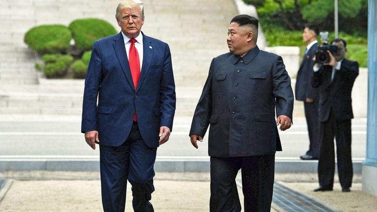 Le chef de la Corée du Nord, Kim Jong Un, se dirige vers le sud avec le président américain Donald Trump, après que celui-ci soit brièvement entré dans le nord de la ligne de démarcation militaire qui sépare la Corée du Nord et la Corée du Sud, dans la zone de sécurité commune de Panmunjom dans le quartier démilitarisé (Zone démilitarisée) le 30 juin 2019. (Photo de Brendan Smialowski / AFP) (Le crédit photo devrait correspondre à BRENDAN SMIALOWSKI / AFP / Getty Images)