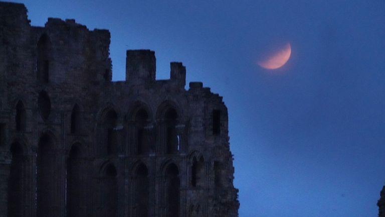 Une éclipse lunaire partielle est visible au-dessus du prieuré de Tynemouth, à l'occasion du 50e anniversaire du lancement d'Apollo 11 dans le cadre de sa mission lunaire.