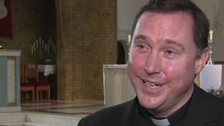 Un prêtre loue l'amour de Nora en communauté