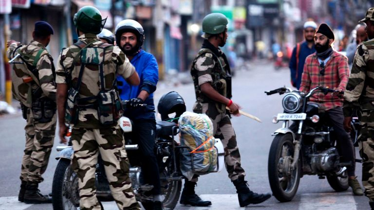 Des automobilistes sont interrogés au Jammu après que les autorités aient mis sous clé une grande partie de la région litigieuse