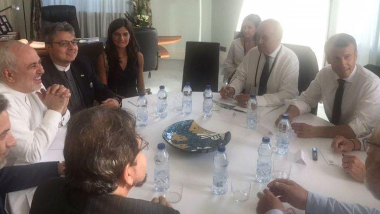 Mohammad Javad Zarif (souriant à gauche), rencontre le président français Emmanuel Macron