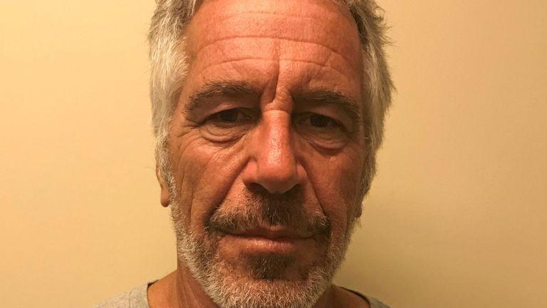 Jeffrey Epstein apparaît sur une photo prise pour la division des services de justice pénale de l'État de New York & # 39; registre des délinquants sexuels