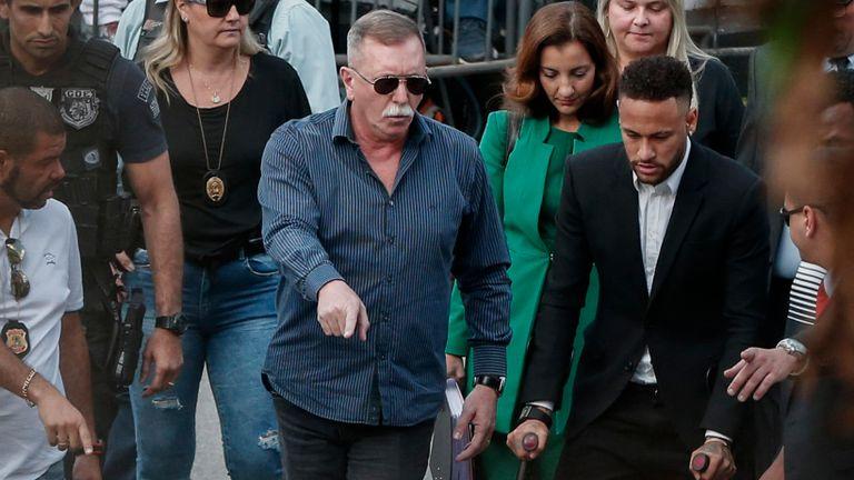 La joueuse de football brésilienne Neymar (à droite) arrive à la caserne de la défense des femmes à Sao Paulo, au Brésil, le 13 juin 2019 pour témoigner après que la Brésilienne Najila Trindade ait porté plainte contre lui le 31 mai, affirmant qu'il l'avait agressée après l'avoir invitée à lui rendre visite à Paris. - La police brésilienne a annoncé jeudi qu'elle avait intenté un procès en diffamation contre la femme qui avait accusé la star du football Neymar de viol, après avoir insinué que la force était corrompue. (Photo de Ari FERREIRA / AFP) (Le crédit photo doit se lire comme suit: ARI FERREIRA / AFP / Getty Images)