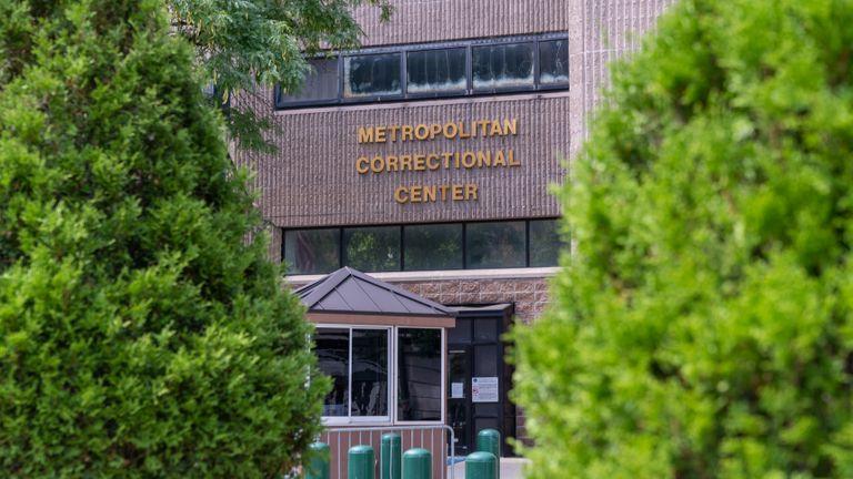 NEW YORK, NY - 10 AOÛT: Le Metropolitan Correctional Facility, où Jeffrey Epstein a été retrouvé mort dans sa cellule de prison, est aperçu le 10 août 2019 à New York. Le financier, qui faisait face à des accusations de trafic sexuel, se serait suicidé du jour au lendemain par pendaison. (Photo de David Dee Delgado / Getty Images)