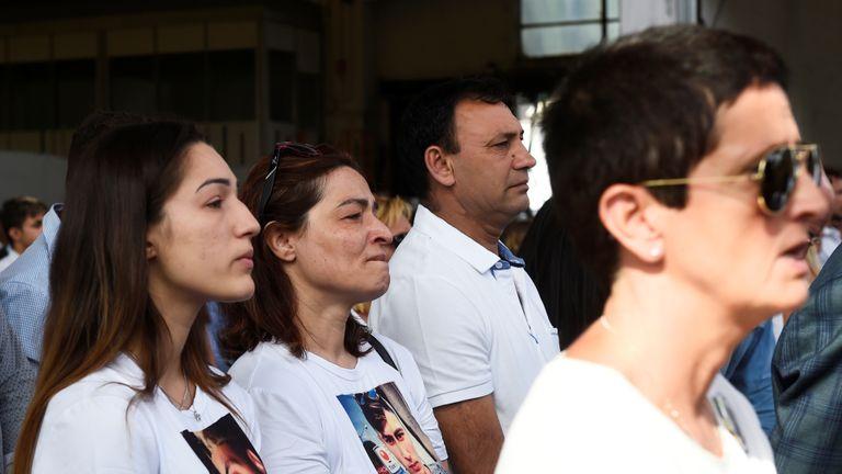 Les gens assistent à la cérémonie marquant le premier anniversaire de l'effondrement du pont autoroutier Morandi qui a tué 43 personnes à Gênes, en Italie, le 14 août 2019. REUTERS / Massimo Pinca