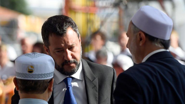 Le vice-Premier ministre italien et ministre de l'Intérieur, Matteo Salvini, s'entretient avec les proches de l'une des victimes lors de la cérémonie marquant le premier anniversaire de l'effondrement du pont autoroutier de Morandi ayant tué 43 personnes à Gênes, en Italie, le 14 août 2019. REUTERS / Massimo Pinca