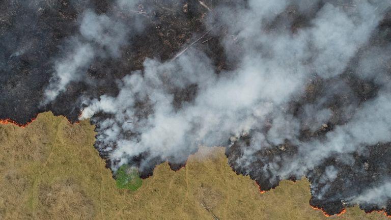 Une vue aérienne montre la fumée qui monte sur une parcelle déboisée de la jungle amazonienne à Porto Velho, dans l'état de Rondonia, au Brésil, en photo prise le 24 août 2019 avec un drone. Photo prise le 24 août 2019. REUTERS / Ueslei Marcelino TPX LES IMAGES DU JOUR