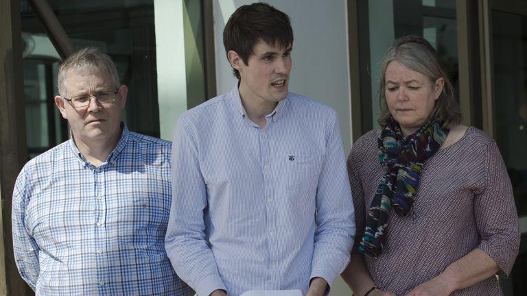 Sue Miller (à droite), Ian Miller (à gauche) et Michael Miller (à droite), les mères respectives, le père et le frère du routard britannique assassiné David Miller, font une brève déclaration aux médias après le verdict du procès pour meurtre de David Miller , le 24 décembre 2015, au tribunal provincial de Koh Samui, à Koh Samui. Le tribunal thaïlandais a condamné à mort les travailleurs migrants du Myanmar, Zaw Lin et Win Zaw Tun, pour le meurtre de deux vacanciers britanniques, David Miller et Hannah Witheridge. L'île thaïlandaise voisine, Koh Tao, en 2014, dans une affaire qui ternissait la réputation du royaume en tant que refuge touristique et soulevait des questions sur son système judiciaire. AFP PHOTO / Nicolas ASFOURI / AFP / NICOLAS ASFOURI (Le crédit photo devrait correspondre à NICOLAS ASFOURI / AFP / Getty Images)