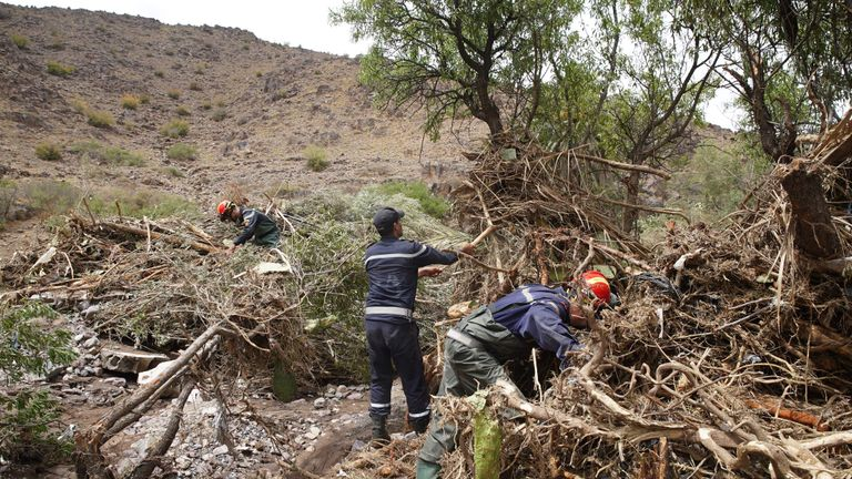 Des membres de la défense civile marocaine recherchent des victimes sur les lieux d'une inondation lorsqu'un fleuve a débordé de son lit et inondé un terrain de football du village de Tizert, dans le sud du Maroc, dans la région de Taroudant, le 29 août 2019. - Au moins sept personnes ont été tuées le 28 août lorsqu'un fleuve a débordé et inondé le terrain de football d'un village où se déroulait un match dans le sud du Maroc, ont déclaré les autorités locales. (Photo by - / AFP) (Le crédit photo devrait se lire - / AFP / Getty Images)